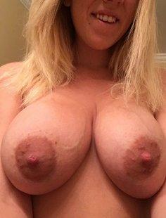 Грудастая мамаша засветила киску и засунула в нее секс игрушку