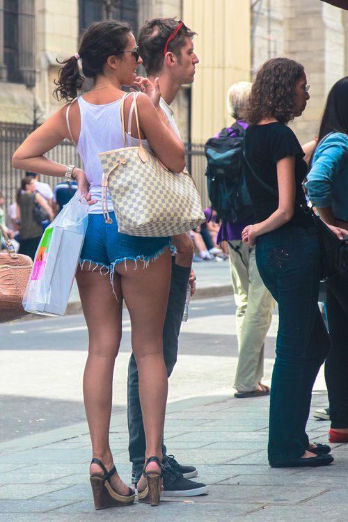 Молодые девушки в шортах показывают ягодицы 5 фото