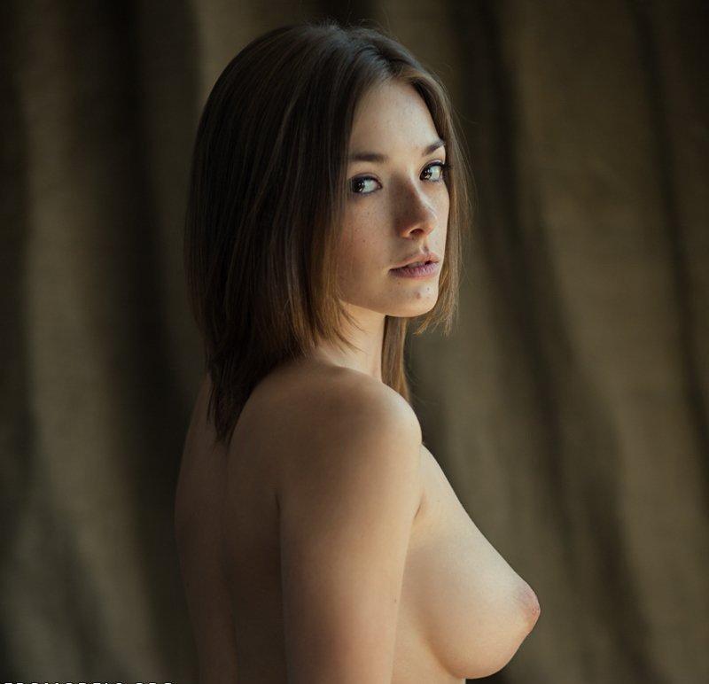 Длинноногие модели с татуировками показывают перед камерой грудь и промежность 4 фото
