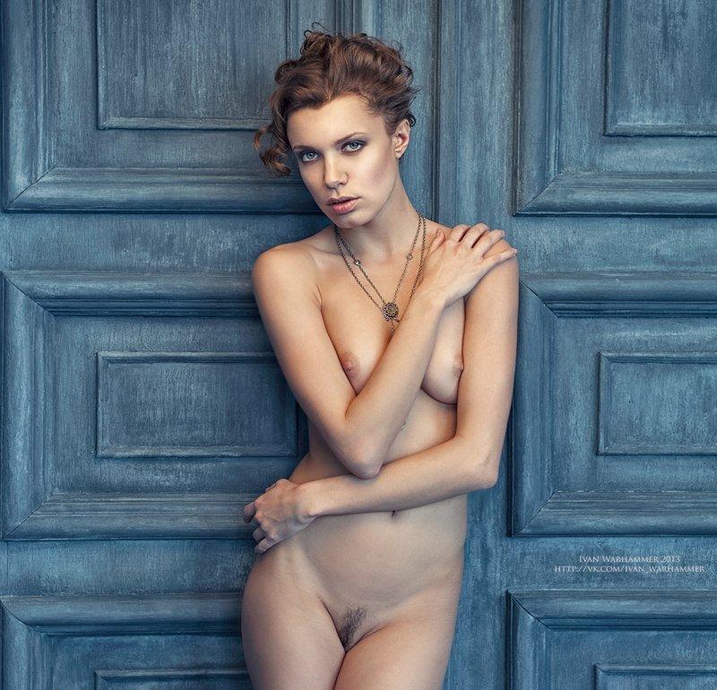 Длинноногие модели с татуировками показывают перед камерой грудь и промежность 5 фото