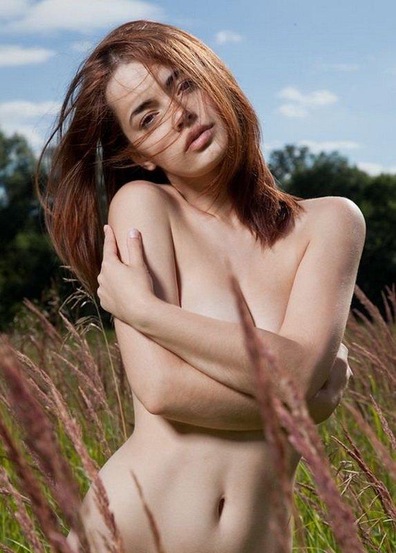 Длинноногие модели с татуировками показывают перед камерой грудь и промежность 12 фото