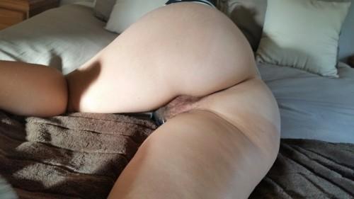 Девушка принимает откровенные позы, показывая большую попку 1 фото