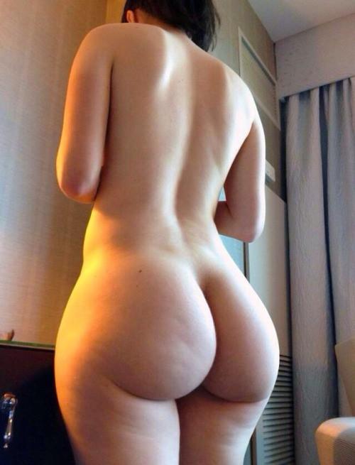 Девушка принимает откровенные позы, показывая большую попку 10 фото