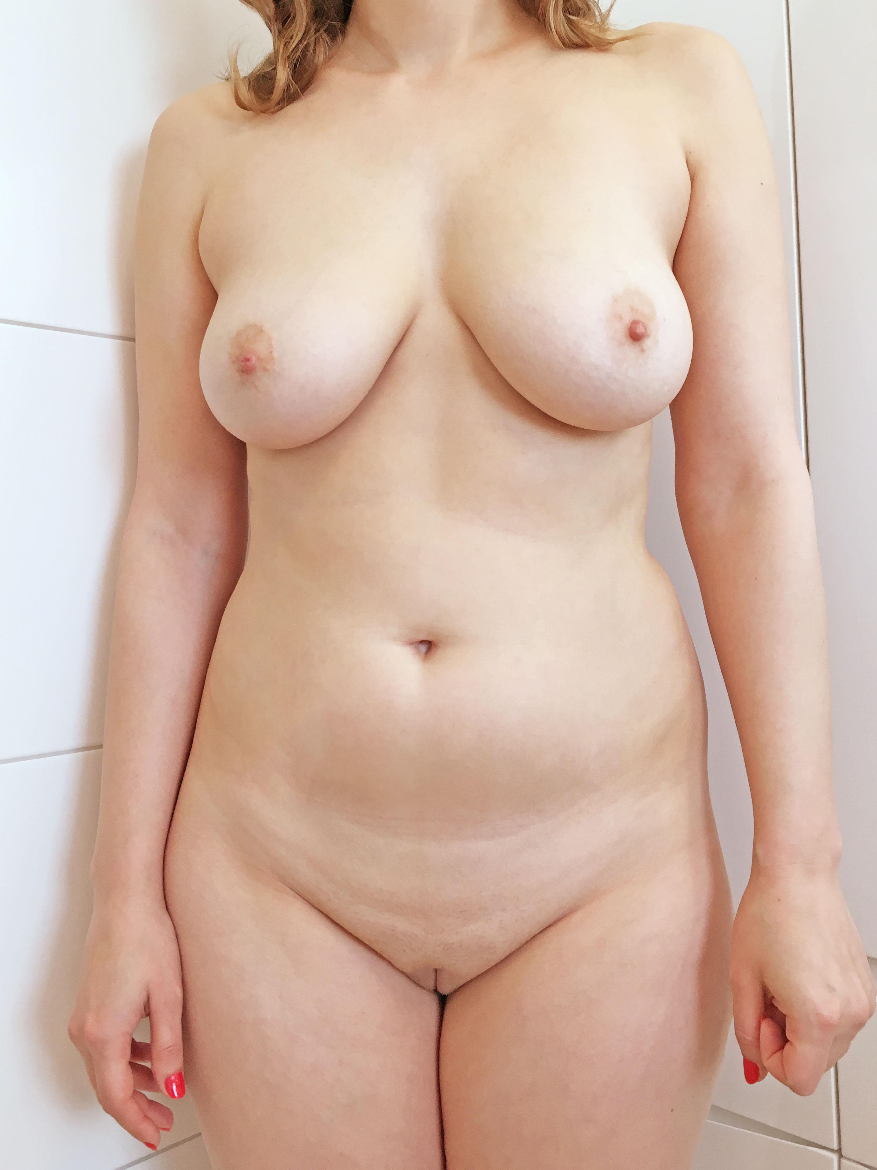 Совершеннолетние телки обнажили большие бюсты 19 фото