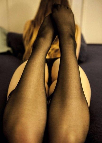 Девушки красуются стройными ножками и щелками 8 фото