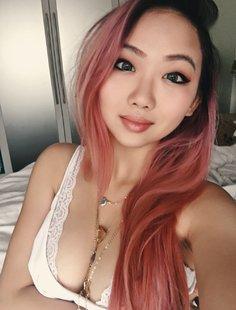 Эротические селфи милой кореянки в квартире