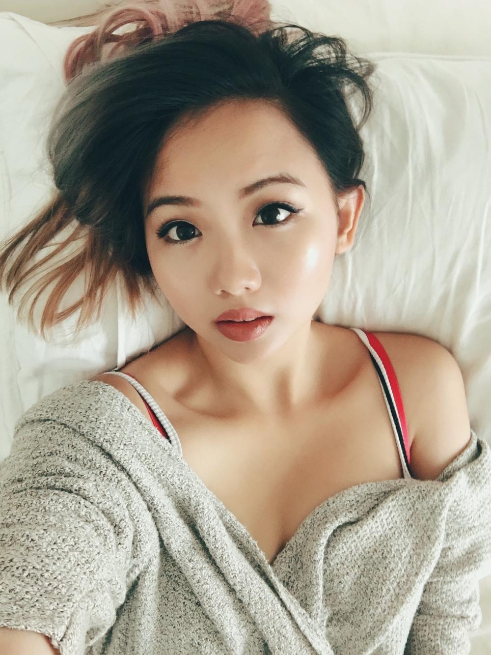 Эротические селфи милой кореянки в квартире 9 фото