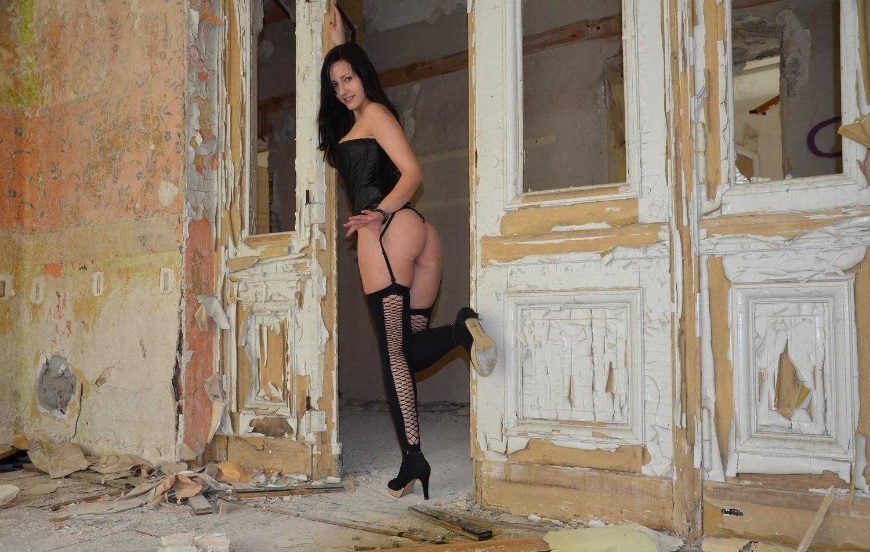 Красивая немка в чулках гуляет по заброшенному зданию 11 фото