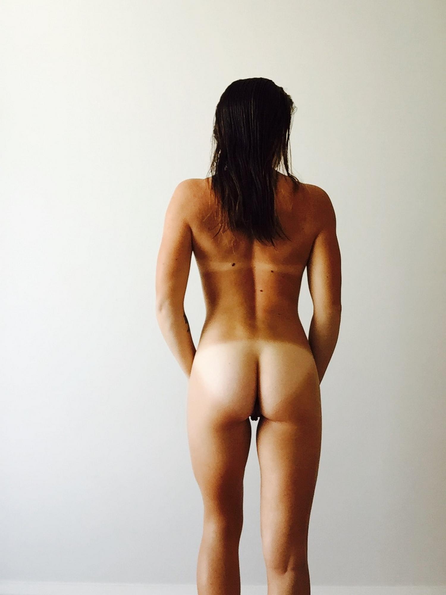 Селфи загорелой гимнастки с крепкой попкой 3 фото