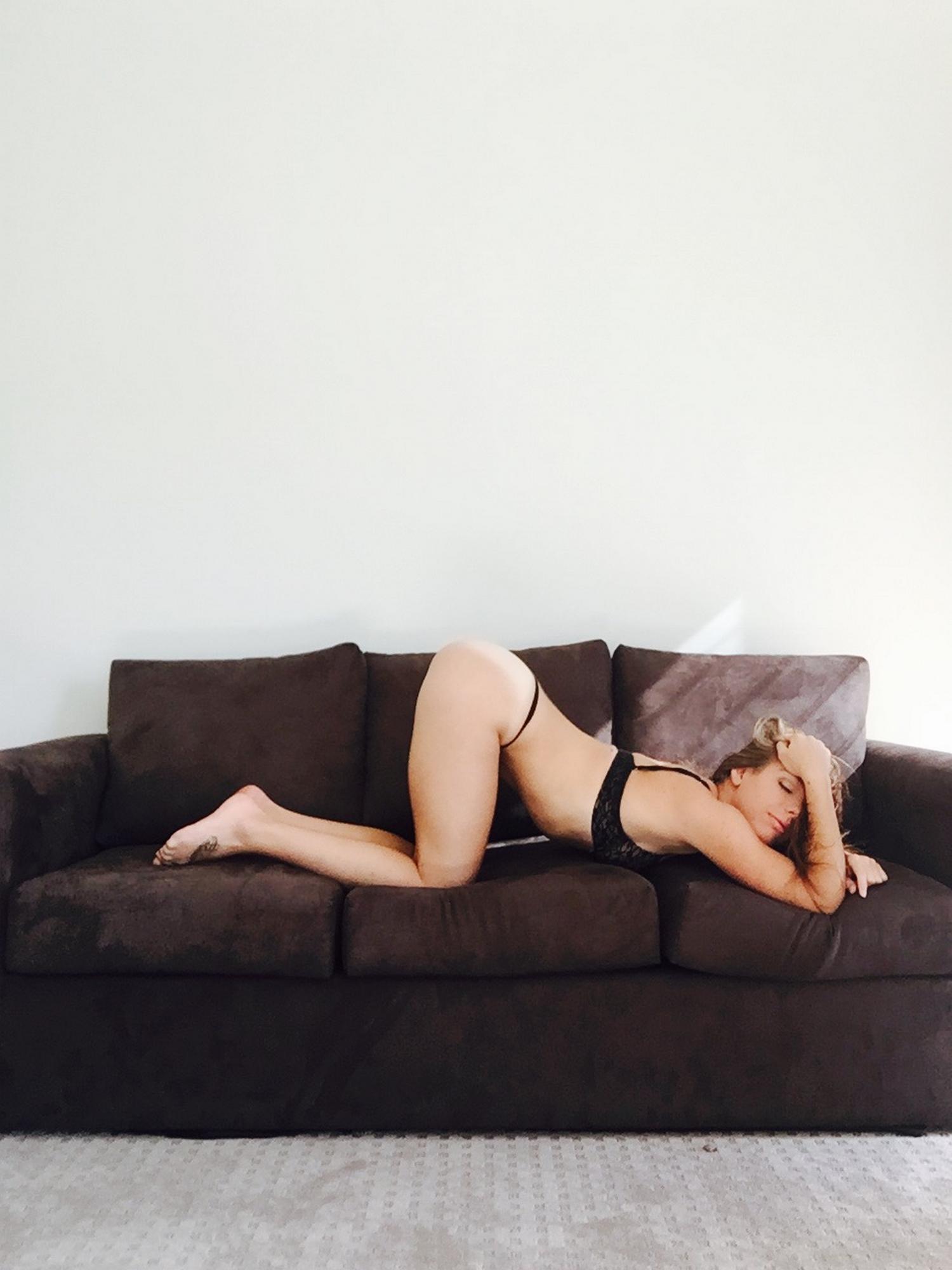 Селфи загорелой гимнастки с крепкой попкой 16 фото