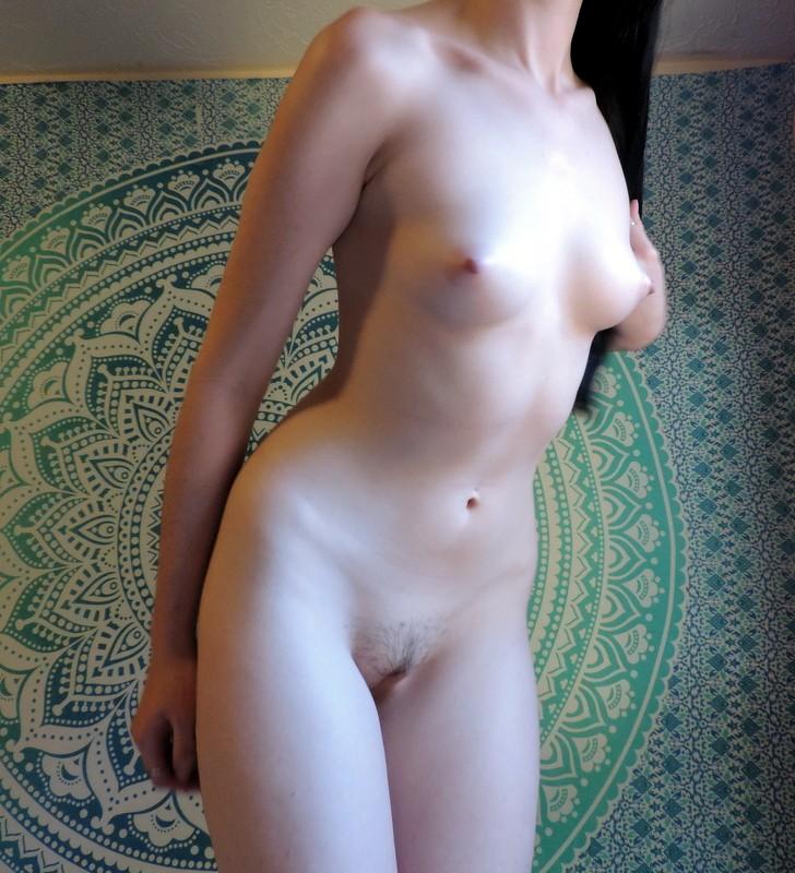 Брюнетка с молочно-белой кожей показала розовую вагину 9 фото