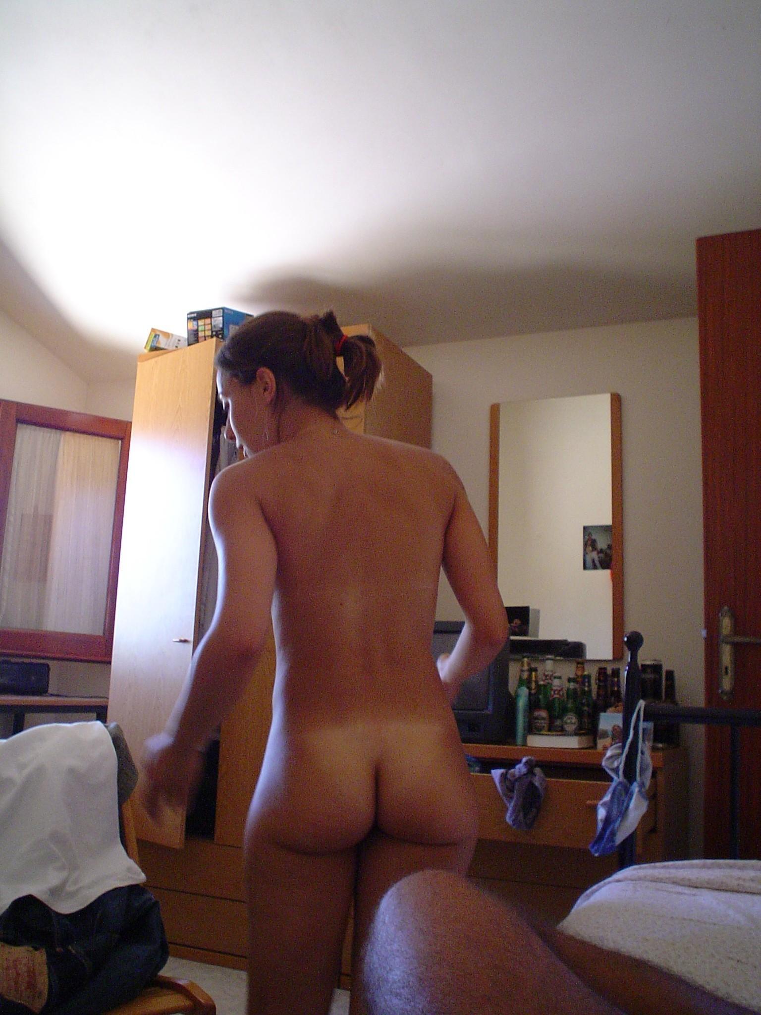 Телки с голыми титьками делают селфи у зеркала 8 фото