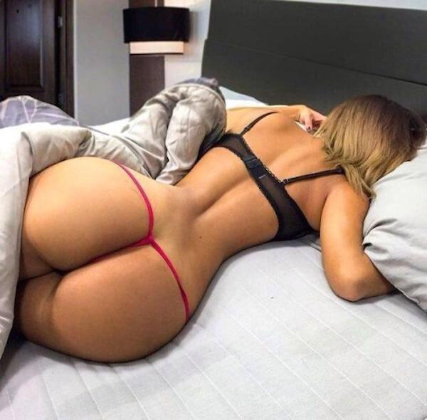 Телочки со сладострастными формами нежатся в кроватках 2 фото