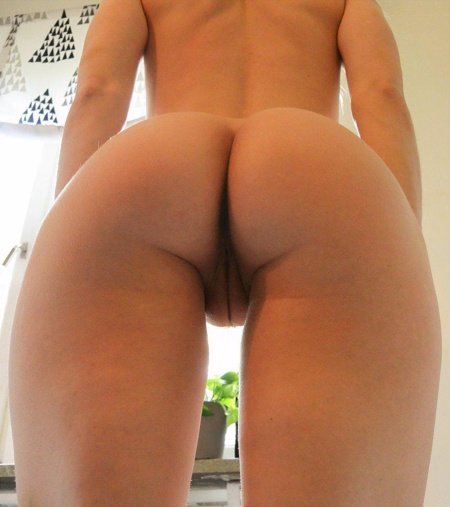 Спортивная жена дразнит голой вагиной и дает в анал 13 фото